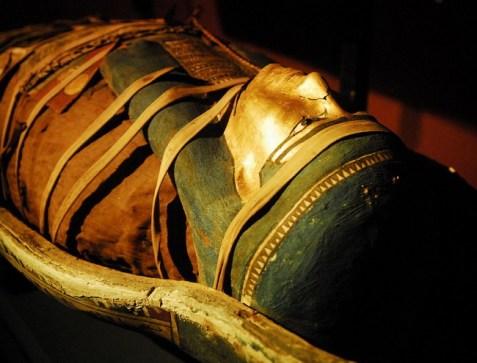 Sárcofago de múmia no museu de Alexandria